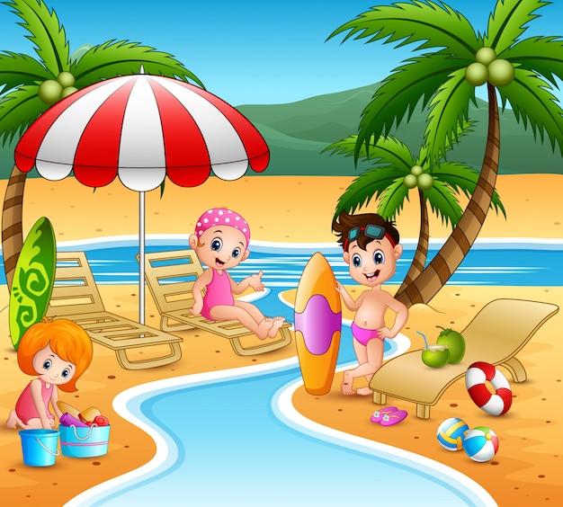 Bambini che godono le vacanze estive sulla spiaggia