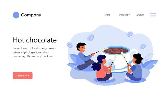 Bambini che grigliano marshmallow su una tazza di cioccolata calda. layout del modello di sito web