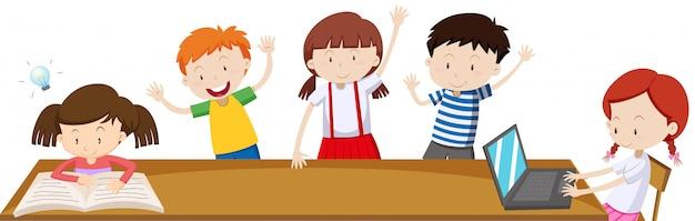 Bambini che imparano in classe