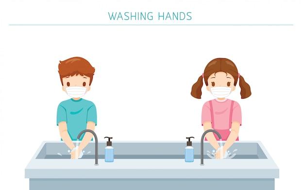 Bambini che indossano la maschera chirurgica, lavarsi le mani a scuola per la protezione da covid-19, malattia di coronavirus, concetto di distanza sociale