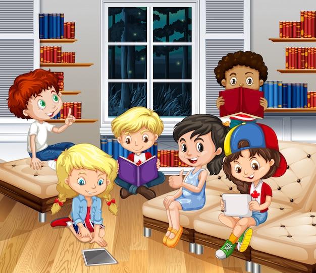 Bambini che leggono libri in salotto