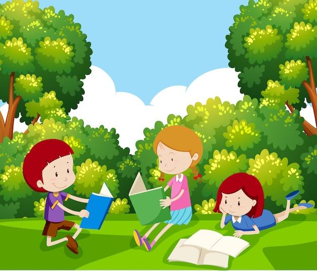 Bambini che leggono un libro sotto l'albero