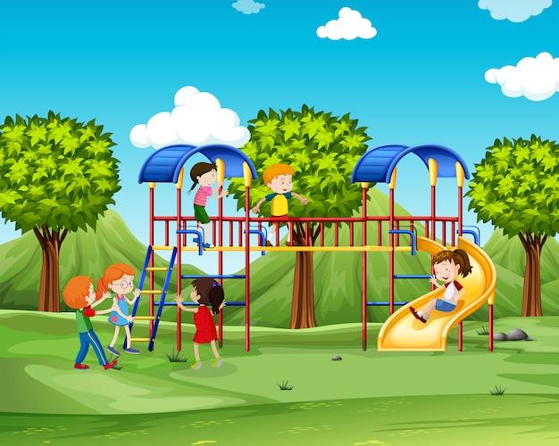 Bambini che scalano la casa dei giochi