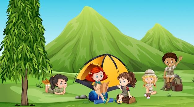 Bambini che si accampano nel bosco