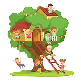 Bambini che si divertono nella casa sull'albero, parco giochi per bambini con altalena e scaletta illustrazione dettagliata colorata su sfondo bianco
