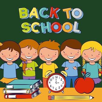 Bambini che sorridono sull'aula con gli elementi della scuola sullo scrittorio, di nuovo alla scuola