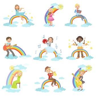 Bambini che suonano strumenti musicali con decorazioni arcobaleno e nuvole