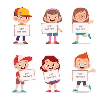 Bambini che tengono il gruppo di testo di bordo impostato