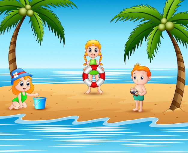 Bambini con costumi da bagno che giocano in spiaggia