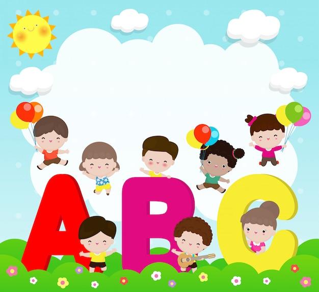 Bambini dei cartoni animati con lettere abc, bambini della scuola con abc, bambini con lettere abc, sfondo illustrazione vettoriale