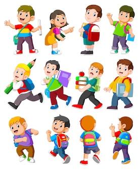 Bambini dei cartoni animati con libri e materiale scolastico