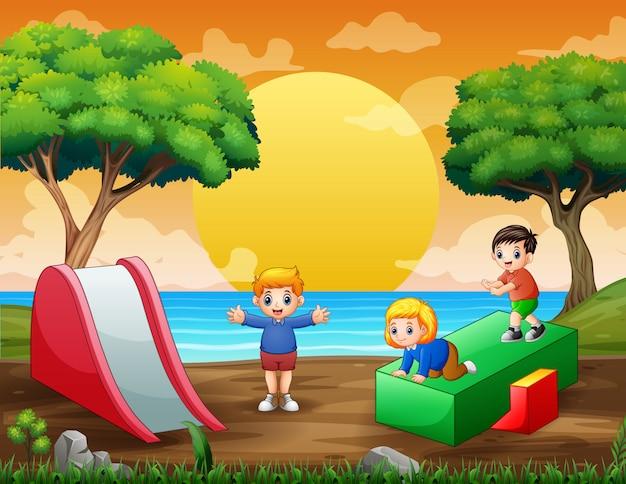 Bambini dei cartoni animati divertirsi al parco giochi