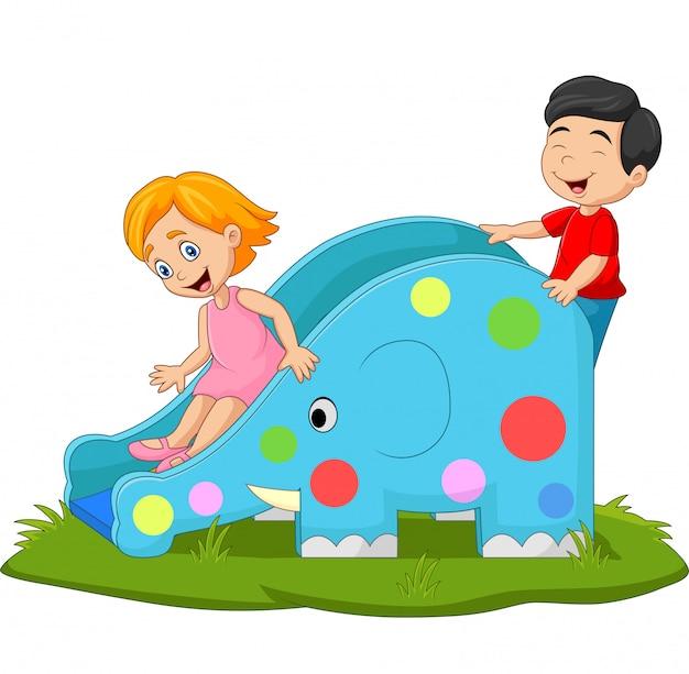 Bambini del fumetto che giocano sul movimento alternato nel parco