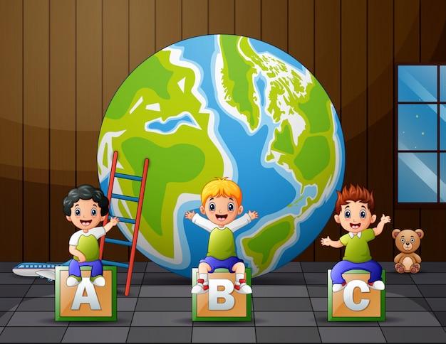Bambini del fumetto che si siedono sull'alfabeto abc