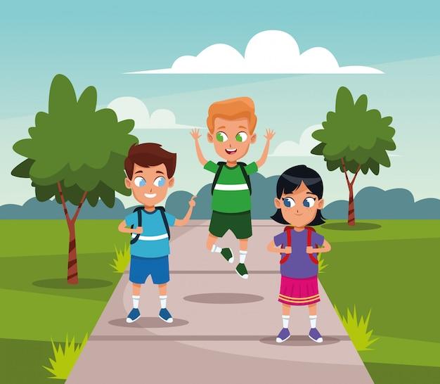 Bambini della scuola con lo zaino al parco