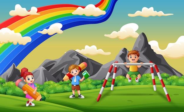 Bambini della scuola felici nel parco