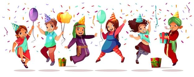 Bambini di diversa nazionalità che festeggiano il compleanno o le vacanze con palloncini colorati