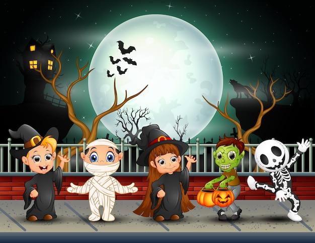 Bambini di printhappy di halloween nella priorità bassa della luna piena