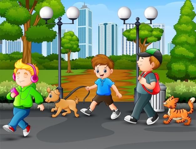 Bambini felici che camminano e godendo sul parco