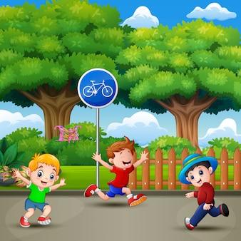 Bambini felici che corrono e giocando nel parco cittadino
