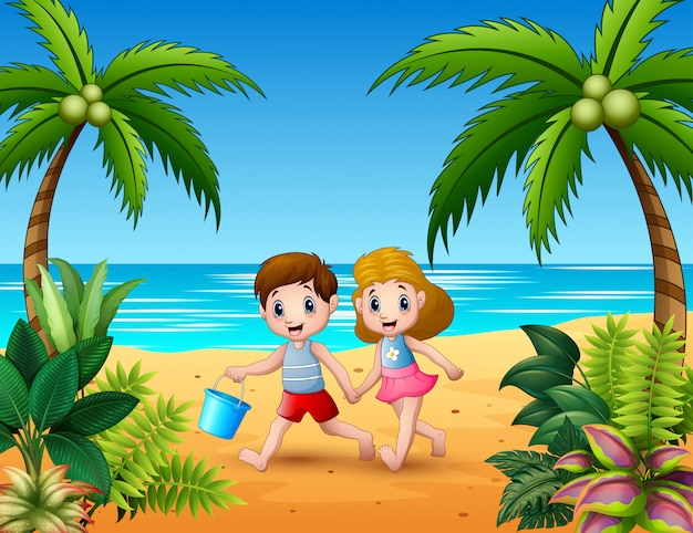 Bambini felici che corrono sulla spiaggia