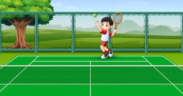 Bambini felici che giocano a tennis nei campi