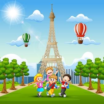 Bambini felici che giocano davanti al fondo della torre eiffel