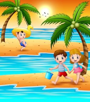 Bambini felici che giocano in spiaggia