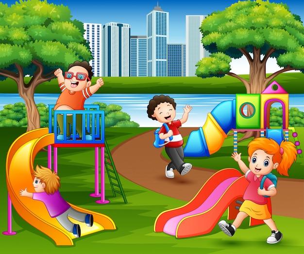 Bambini felici che giocano nel cortile della scuola