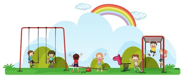 Bambini felici che giocano nel parco giochi