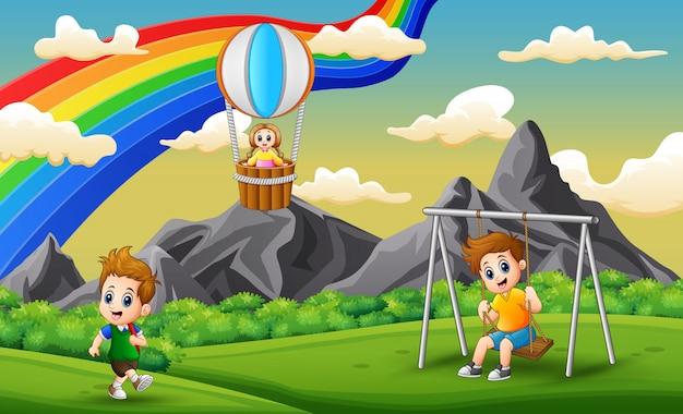 Bambini felici che giocano nel parco