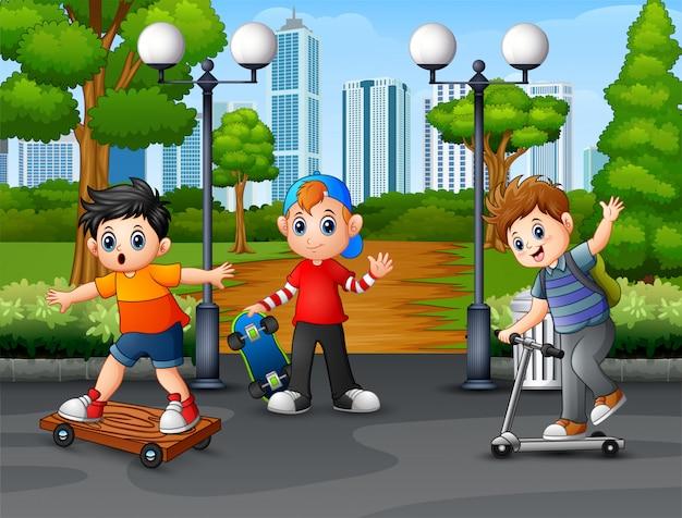 Bambini felici che giocano nella città parco