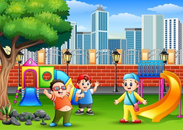 Bambini felici che giocano su un parco pubblico