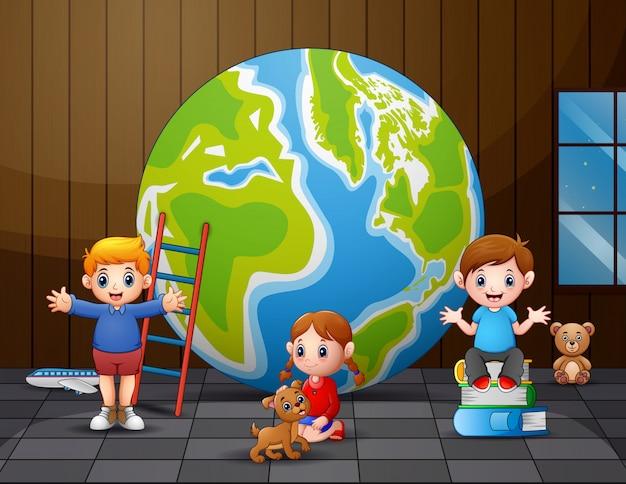 Bambini felici che giocano vicino al grande globo