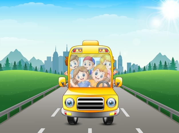Bambini felici che guidano con un bus sulla priorità bassa della città
