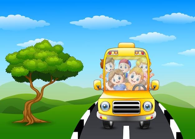Bambini felici che guidano sullo scuolabus