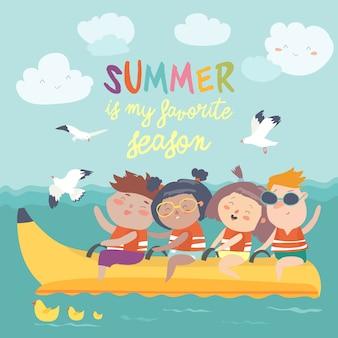 Bambini felici che guidano una barca di banana