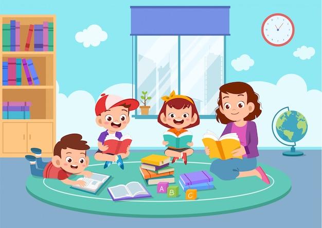 Bambini felici che studiano insieme al loro insegnante
