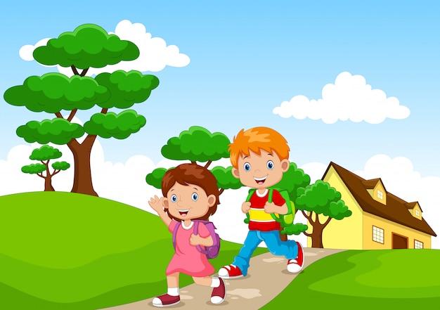 Bambini felici che vanno a scuola da casa