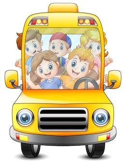 Bambini felici che viaggiano con un autobus