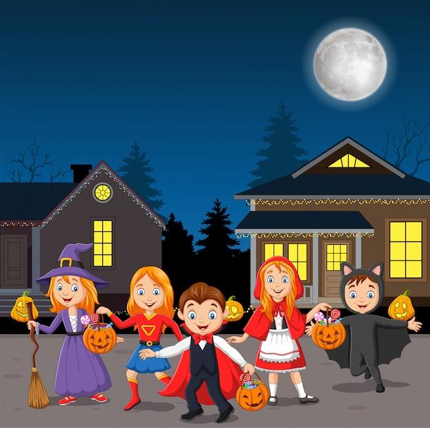 Bambini felici della festa di halloween che indossano i costumi