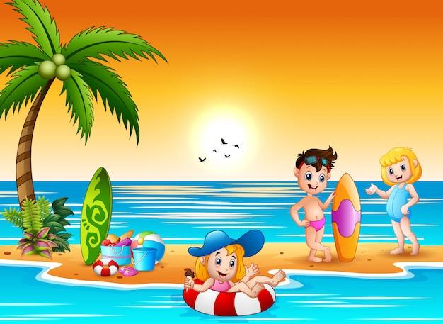 Bambini felici divertendosi e spruzzi sulla spiaggia