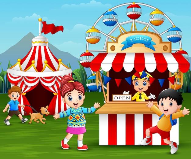 Bambini felici divertendosi nel parco di divertimenti