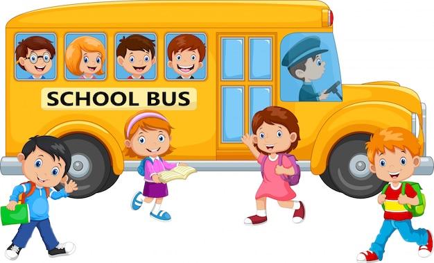 Bambini felici e scuolabus