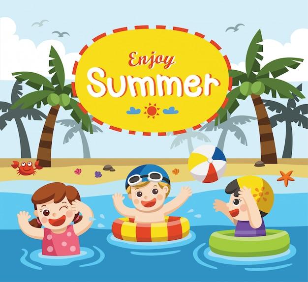 Bambini felici giocano e nuotano al mare. modello per brochure pubblicitarie.