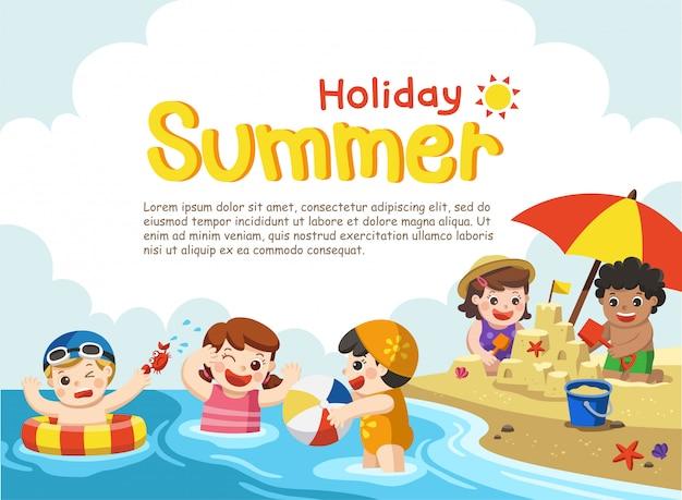 Bambini felici giocano e nuotano in spiaggia. modello per brochure pubblicitarie.