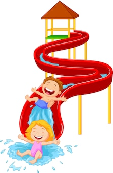 Bambini felici sull'acqua scorrevole