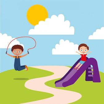 Bambini felici svegli che giocano a scivolo parco giochi di corda per saltare