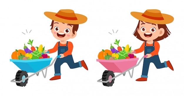 Bambini felici svegli raccolgono frutta e verdura
