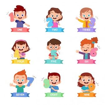 Bambini in possesso di un set di numeri matematici